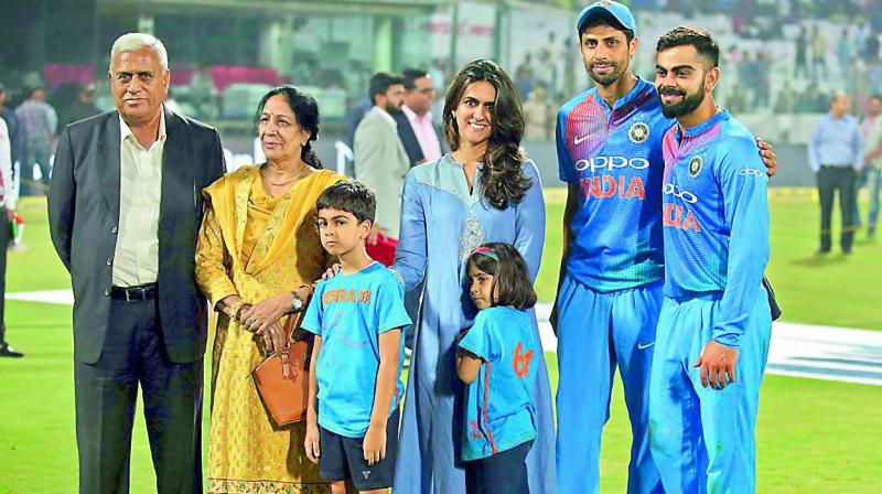 Virat Kohli poses with Ashish Nehra's family on the latter's retirement day