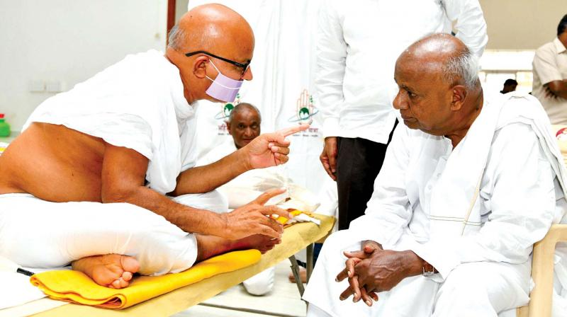 Janata Dal (S) supremo H.D. Deve Gowda with Acharya Mahasharman at Bhikshudham Adagmaranahalli on Tumakuru Road near Bengaluru on Sunday. (Image KPN)