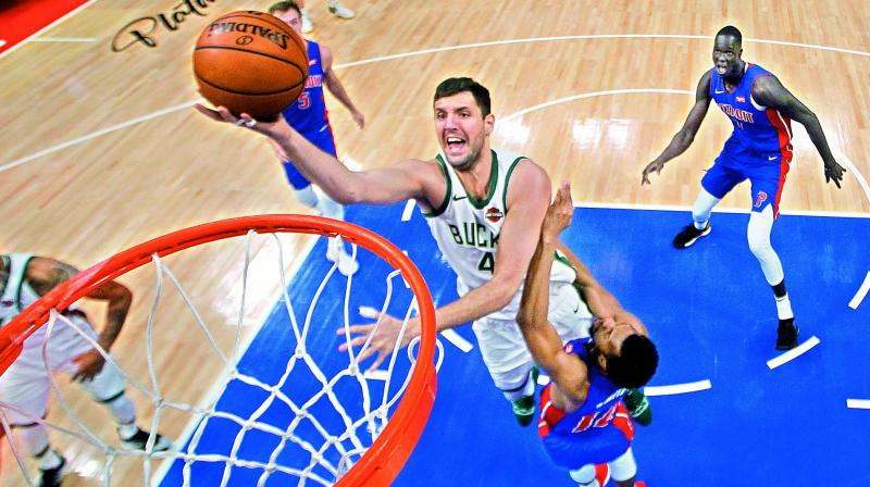 Nikola Mirotic of the Milwaukee Bucks goes to the basket against Ish Smith of the Detroit Pistons in the first half of Game Four of the first round of the NBA Eastern Conference Playoffs at Little Caesars Arena in Detroit, Michigan (USA) on Monday. The Bucks won 127-104. (Photo: AFP)