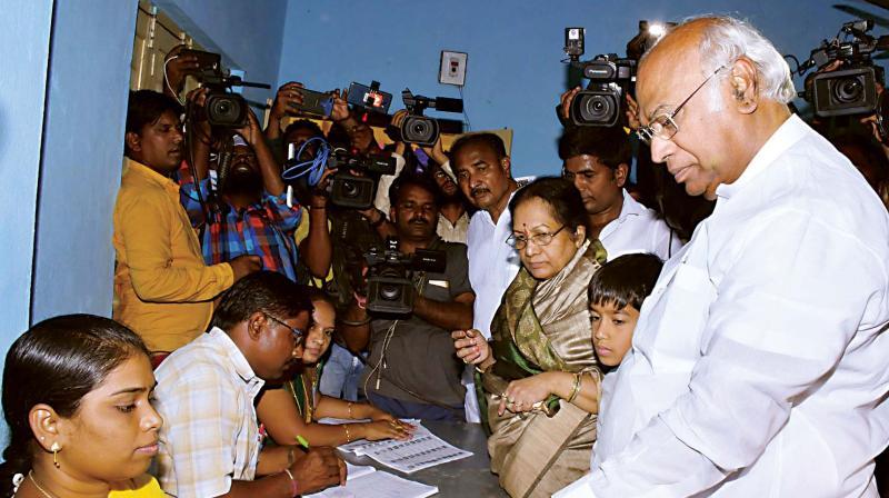 Congress candidate M. Mallikarjun Kharge casts his vote in Kalaburagi on Tuesday (Photo: KPN)