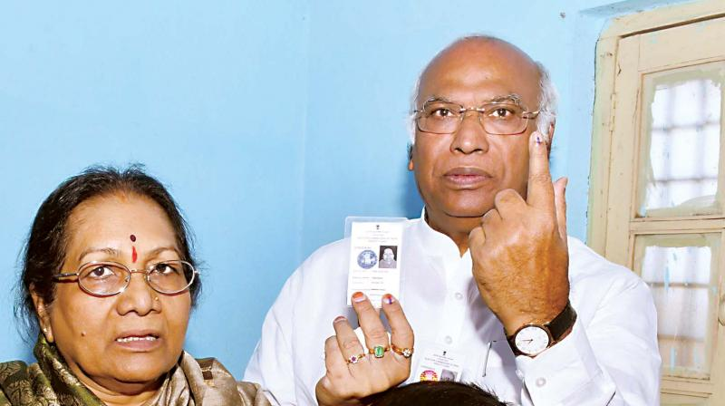 Congress candidate Mallikarjun Kharge and family after casting their votes