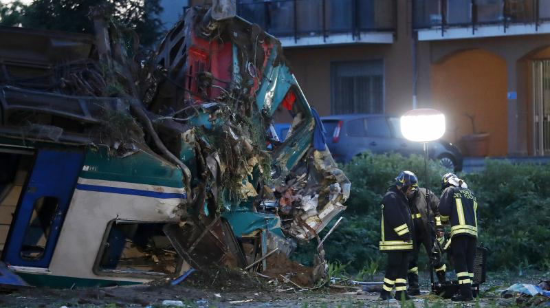 Train hits truck in Italy, leaving 2 people dead (VIDEO, PHOTOS)