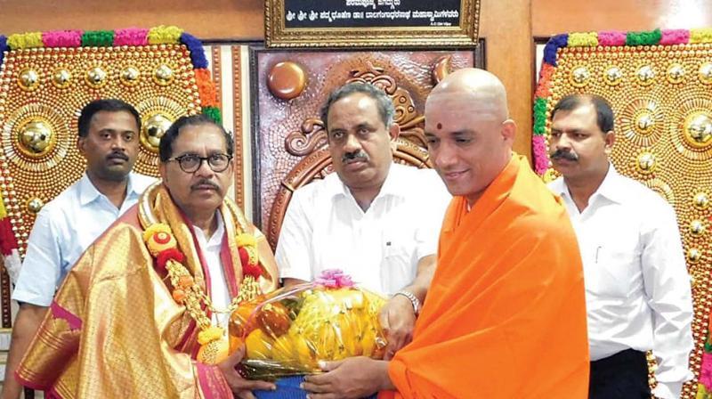 DyCM Dr G. Parameshwar visited Adichunchanagiri Matha and sought blessings of Sri Nirmalanda Swami, in Mandya on Thursday —KPN