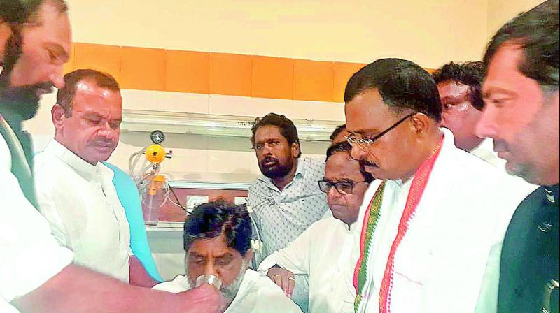 Congress leaders give lime juice to CLP leader Mallu Bhatti Vikramarka to break his fast on Monday. (Photo: INN)