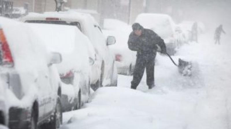 Snow piles up in midwest storm, traffic snarled