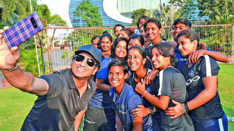 Sachin Tendulkar peps up women cricketers