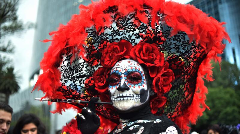 "People fancy dressed as ""Catrina"" take part in the ""Catrinas Parade"" along Reforma Avenue, in Mexico City on October 21, 2018. (Photo: AFP)"
