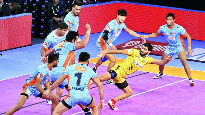 Action from the PKL match between Bengal Warriors and Telugu Titans.