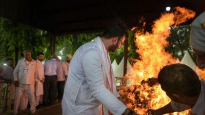 Rohan Jaitley, son of former finance minister Arun Jaitley, performs a ritual during his father's cremation at Nigam Boadh Ghat in New Delhi. (Image: PTI)
