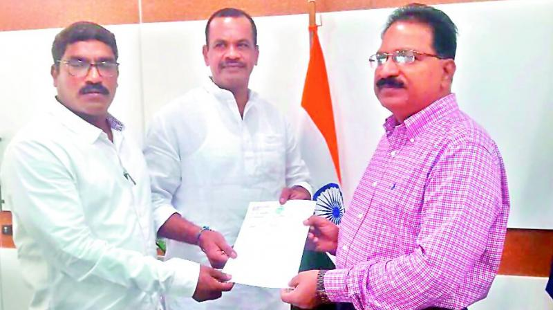 Expelled Congress MLAs Komatireddy Venkat Reddy and S.A. Sampath Kumar meet M. Mahendar Reddy and submit a memorandum on Thursday. 	(Photo: DC)
