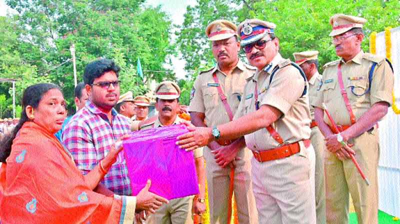 Rayalaseema IG S. Mohammad Iqbal distributes prizes to guests who won in various competitions in Kurnool on Saturday. (Photo: DC)