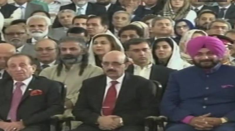 नवजोत सिंह सिद्धू पाकिस्तानी सेना प्रमुख के गले लगे, भाजपा ने कहा – कांग्रेस माफी मांगे