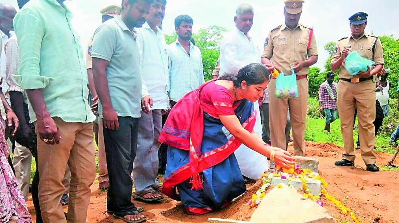 Ranga Reddy ZP chairperson Sumitha Mahender Reddy pays her respects to Chinnari at her grave in Gorepally village on Sunday. (Photo: DC)