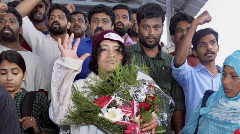 Irom Sharmila being welcomes by the Democratic Youth Federation of India (DYFI) at the Thiruvananthapuram railway station. (Photo: PTI)