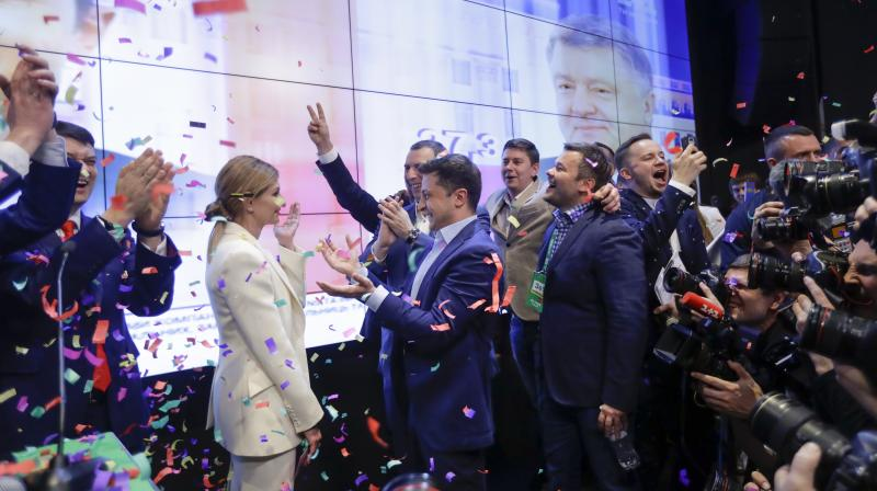 Ukrainian comedian and presidential candidate Volodymyr Zelenskiy, center, and his wife Olena Zelenska celebrate a victory with their supporters. (Photo;AP)