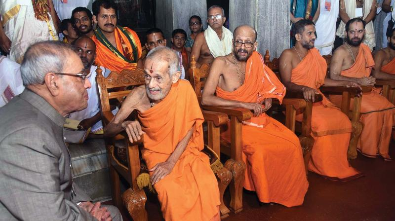 President Pranab Mukherjee with Sri Vishwesha Theertha Swami of Pejavar Math in Udupi on Sunday(Photo: KPN)