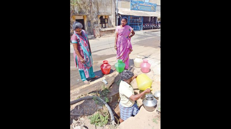 Residents are forced to manually draw water due to low pressure of the old pipe (Photo: DC)