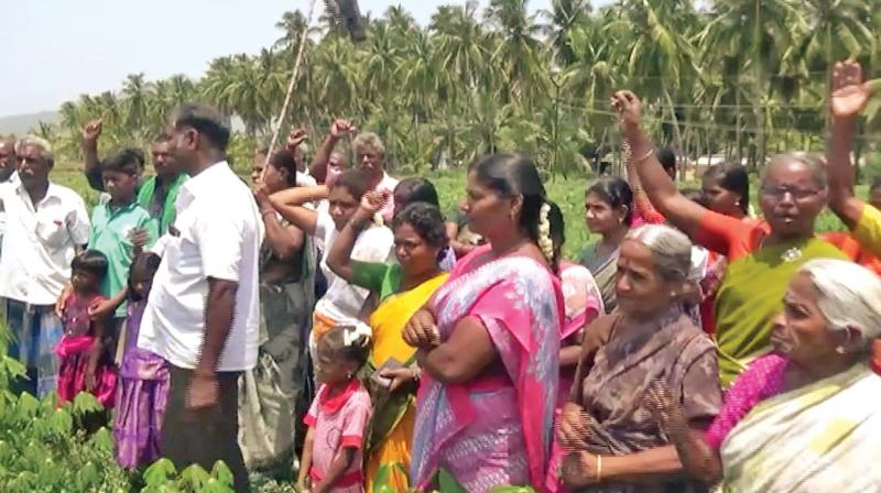 Condemning the Chief Minister's flip-flop, farmers including women of agriculture households in areas like Ramalingapuram gathered on fields with black flags and raised slogans against Mr. Palaniswami changing track on the project after the Lok Sabha elections.
