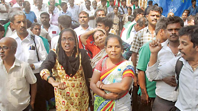 Over 500 farmers gathered and protested demanding the compensation, which has been pending since 2005.