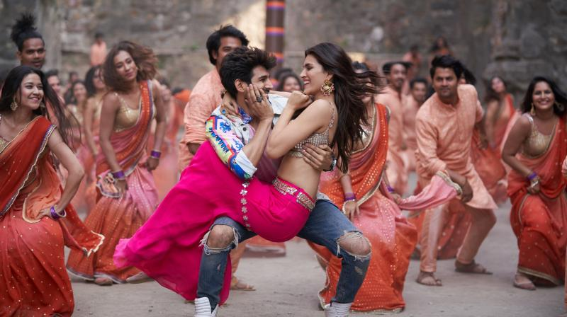 Luka Chuppi Kartik Aaryan And Kriti Sanon Recreate 90 S Magic With