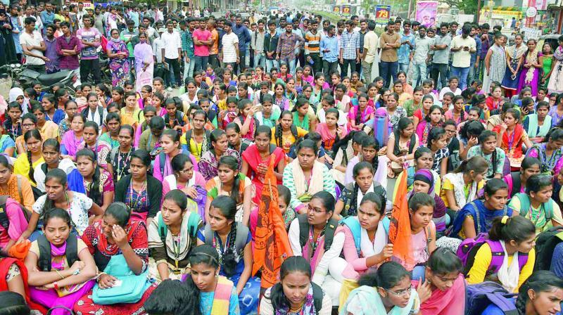 Students stage a rasta roko at Nayeemnagar on Wednesday.  (Photo: DC)
