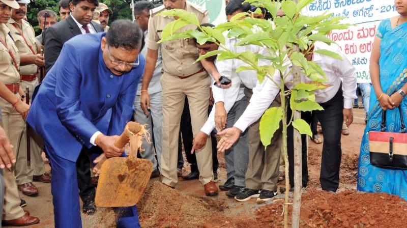 Deputy Chief Minister Dr G. Parameshwar inaugurates Hasiru Karnataka, the green campaign project of the H.D. Kumaraswamy government in Tumakuru on Wednesday (Photo: KPN)