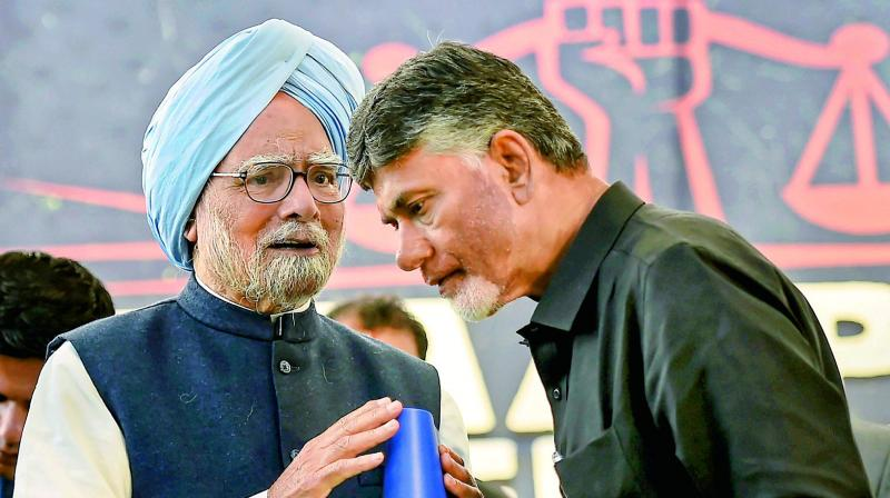 Former prime minister Manmohan Singh and Andhra Pradesh Chief Minister N. Chandrababu Naidu during Dharma Porata Deeksha, a day-long fast to demand special status for the state of Andhra Pradesh, in New Delhi on Monday. (PTI)