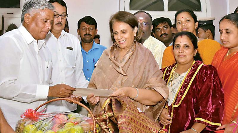 Minister V. Somanna invites Rajmata Pramodadevi Wadiyar to Dasara celebrations in Mysuru on Thursday (Photo: DC)
