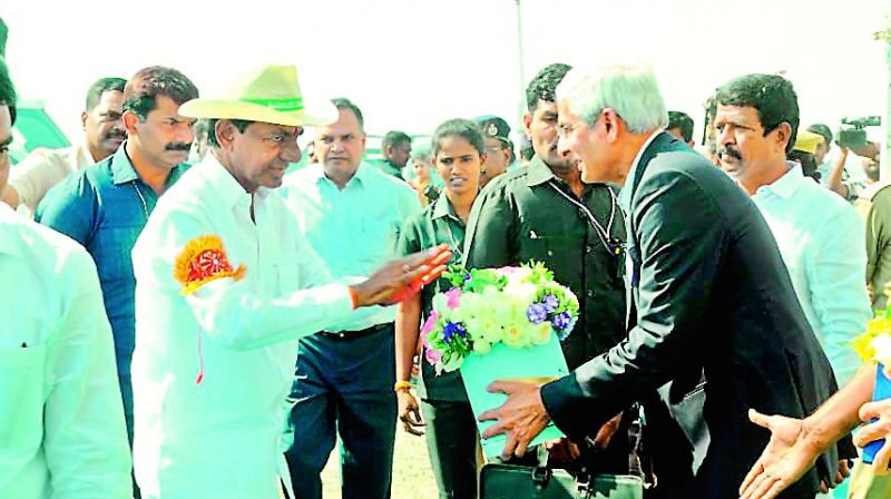 Officials welcome Chief Minister K. Chandra-sekhar Rao at Goliwada pumphouse in Peddapalli on Wednesday.