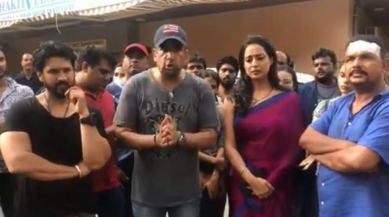 Bollywood director Tigmanshu Dhulia said he was present when the attack happened and called the incident 'pathetic'. (Screengrab from the video tweeted by @dirtigmanshu)