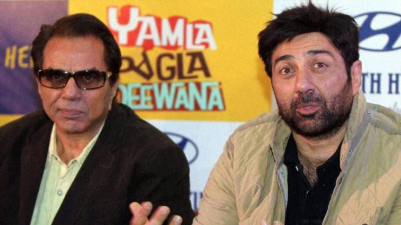 Dharmendra with son Sunny Deol at the event. (File Photo)