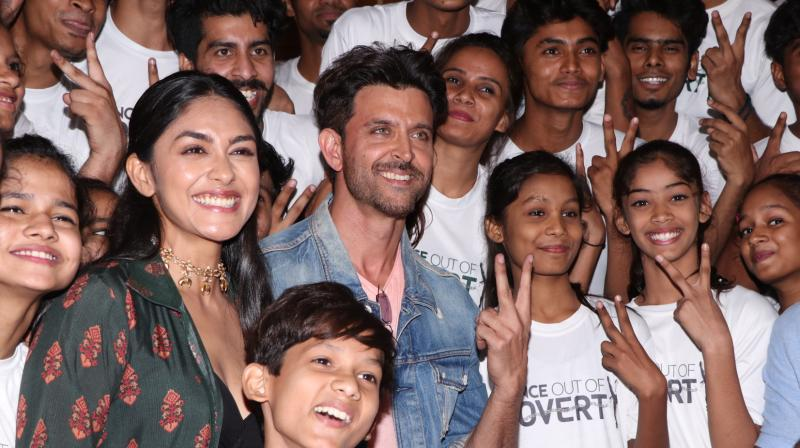 Hrithik and Mrunal with the kids present at the event.