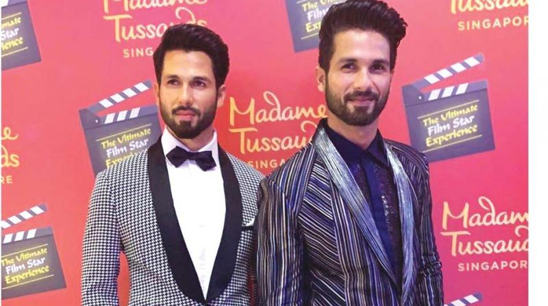 Shahid Kapoor posing alongside his wax statue.