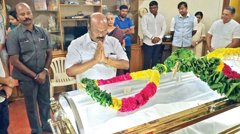 Fisheries minister D. Jayakumar pays homage to TN Seshan at his residence on Monday.  (DC)