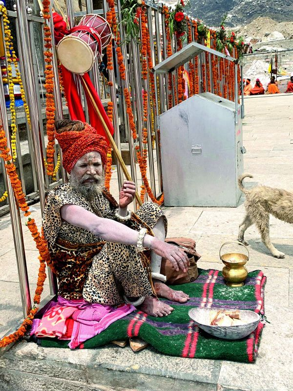 Sitting right outside the temple, this baba was found showering his mighty blessings on the visitors
