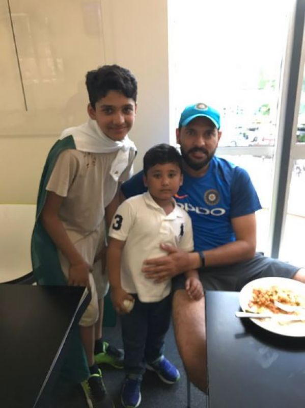 Yuvraj Singh poses with Pakistan opener Azhar Ali's sons after the India vs Pakistan ICC Champions Trophy clash. (Photo: Twitter)