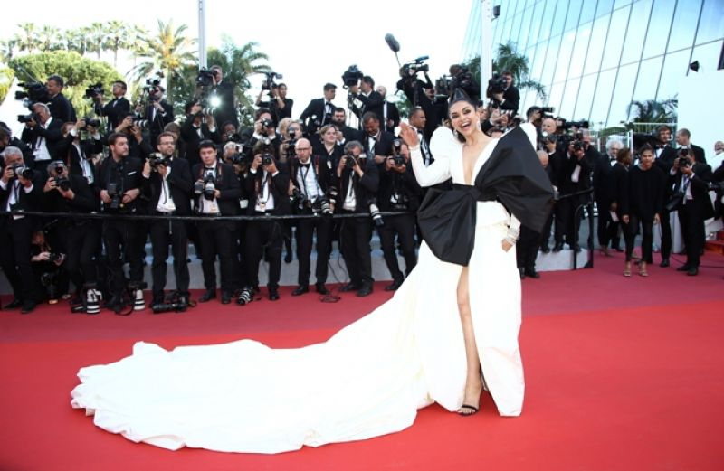 Deepika slays in dramatic eye make-up and Peter Dundas gown. (Photo: AP/Joel C Ryan/Invision)