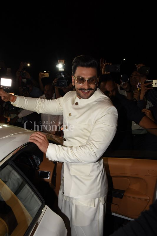 Groom-to-be Ranveer Singh greeted the paparazzi with the brightest of smile.
