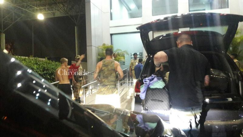 e the most apt way to beat the heat, by arriving at the airport topless while he was escorted by his bodyguards, before putting on a T-shirt.