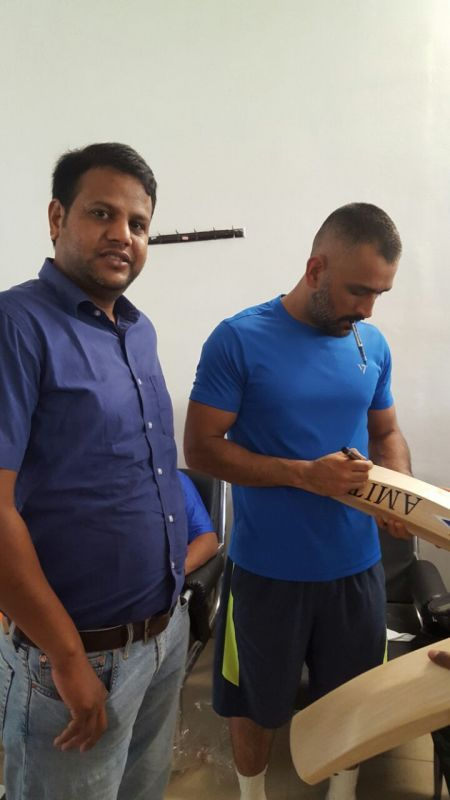 Rahul Singh handed over MS Dhoni his new bats ahead of Chennai Super Kings' Indian Premier League (IPL) comeback clash against Mumbai Indians. (Photo: Deccan Chronicle)