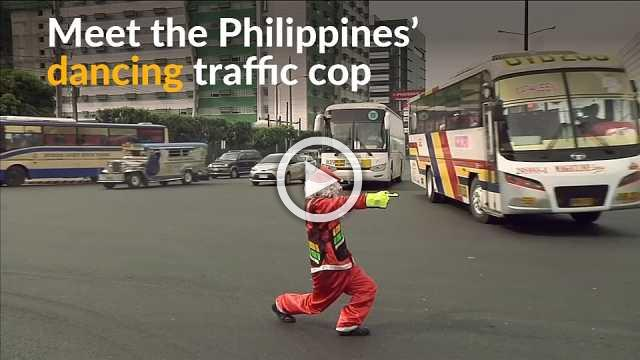 Filipino traffic cop relieves commuters' stress levels by dancing on the job