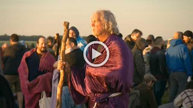 Thousands gather to celebrate summer solstice at Stonehenge