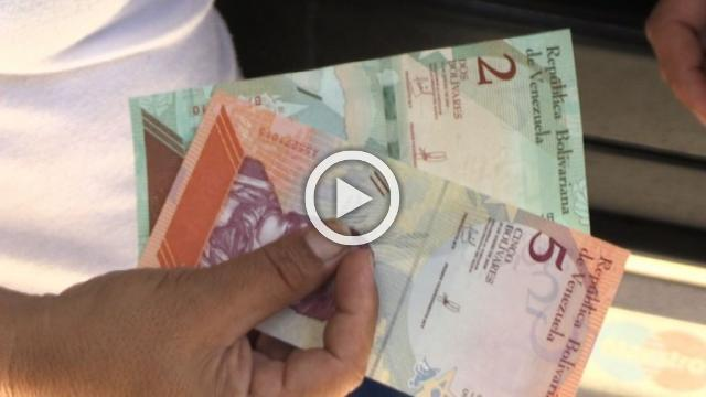 Venezuelans withdraw their first new banknotes from ATMs