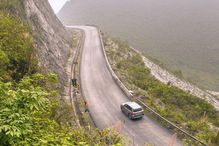 Lái xe số tự động qua đường đèo dốc cao là kỹ năng khó nhằn với các tài mới.