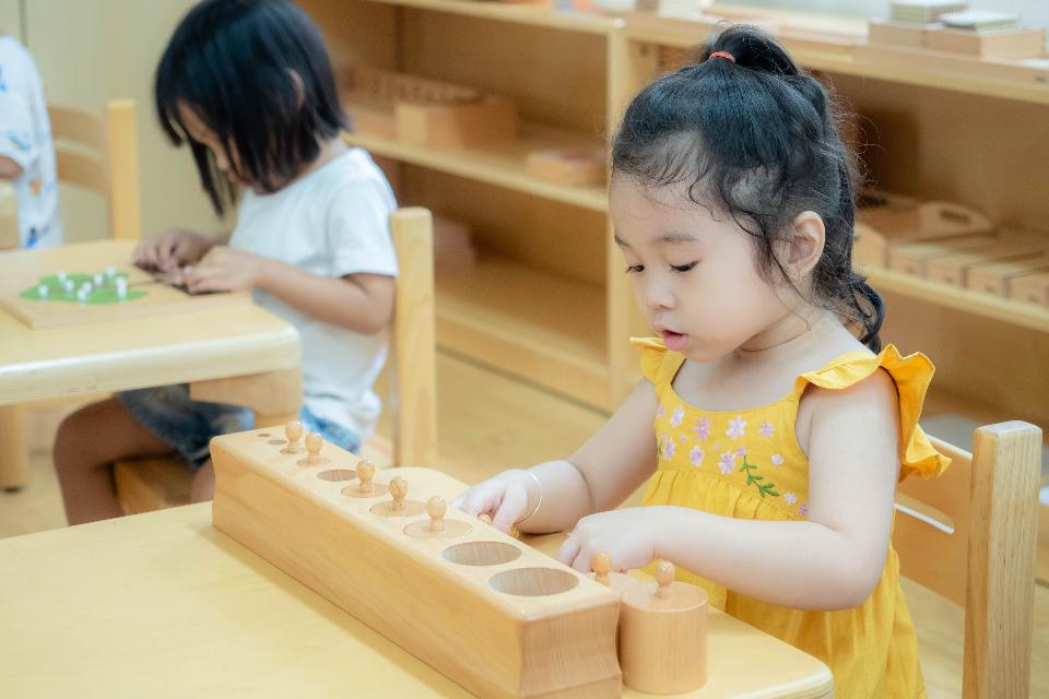 Bé làm việc với Montessori