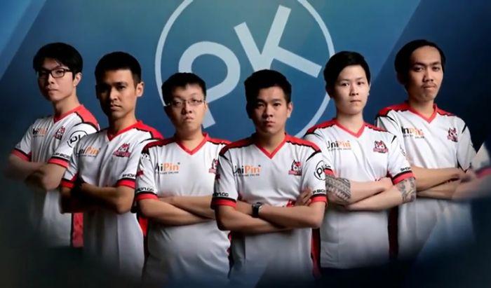 Emperor (ketiga dari kanan) bersama tim Bigetron PK di MPL Season 1.