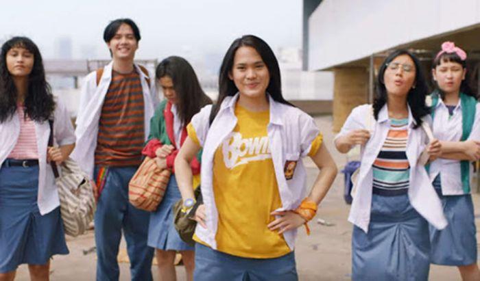 Inspirasi pakaian ala 90-an film Bebas