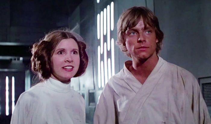 Penampilan perdana Carrie Fisher dan Mark Hamill sebagai Leia dan Luke di Star Wars Episode I: A New Hope (1997).