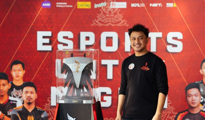 Presiden IESPL, Giring Ganesha dan trofi Piala Presiden Esports 2020.