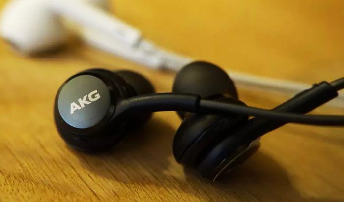 Headset AKG termasuk dalam bundling Samsung Galaxy Note20 Series.